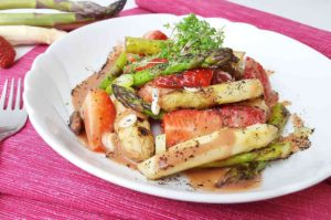 Lauwarmer-Spargel-Erdbeer-Salat-low-carb-1243x820
