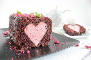 Versteckter Herzkuchen, Schokokuchen, Veganer Schokokuchen, Herzkuchen, Heart Cake, Chocolate Cake, Muttertagskuchen, Valentinstagskuchen, Liebeskuchen, vegan, zuckerfrei, ohne Zucker
