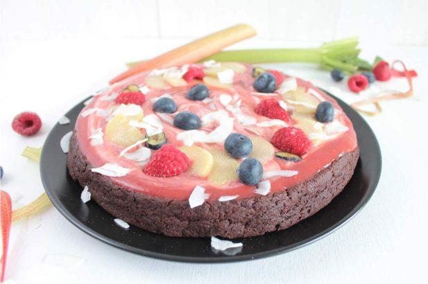 Veganer Schokokuchen mit Rhabarbertoppingganer Schokokuchen, Schokoladekuchen, Glutenfreier Kuchen, Rhabarber-Schokokuchen, Protein-Schokokuchen, gesund