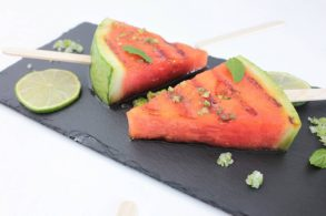 Grillmelone, Wassermelone vom Grill, Gegrilltes Obst, Wassermelone am Stiel, zuckerfrei, ohne Zucker