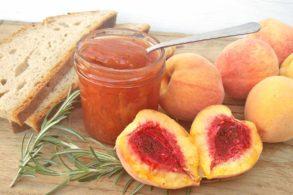 Fruchtaufstrich mit Pfirsich, Pfirsich-Rosmarin-Aufstrich, Marmelade mit Rosmarin, zuckerfrei, ohne Zucker, mit Xylit