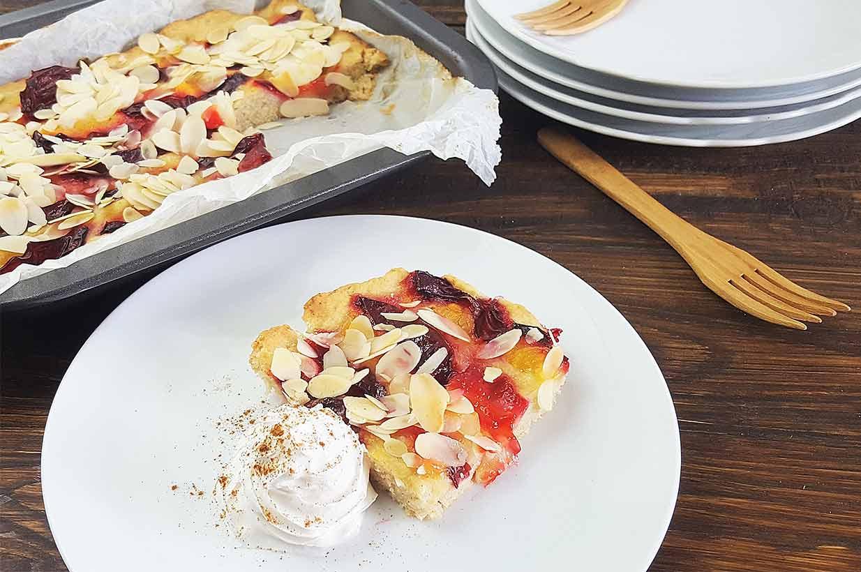 Obstkuchen, Blechkuchen mit Zwetschgen, Zwetschkenkuchen, Zwetschekuchen, Pflaumenkuchen, zuckerfrei, ohne Zucker, vegan