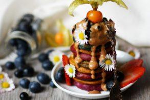 Regenbogen Pancakes, bunte Pancakes, Stapelpancakes, Pancake Turm