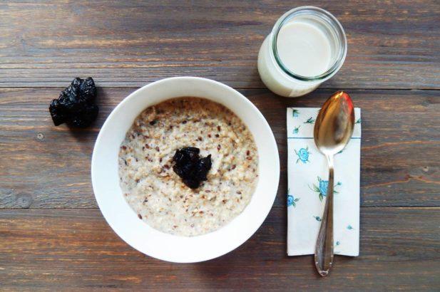Porridge mit Birkenzucker, Haferbrei mit Trockenfrüchten, Porridge mit Xylit, Zuckerfreier Haferbrei mit Trockenfrüchten