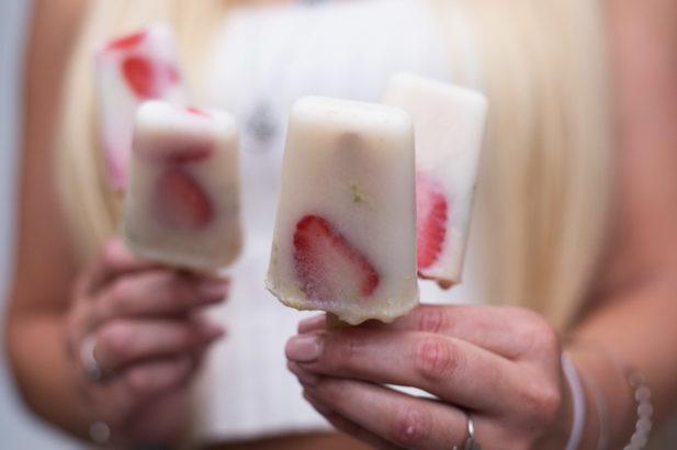 Erdbeer Popsicles, Eis am Stiel mit Erdbeeren, Eis am Stiel zuckerfrei, Erdbeer Hollunder Eis am Stiel zuckerfrei