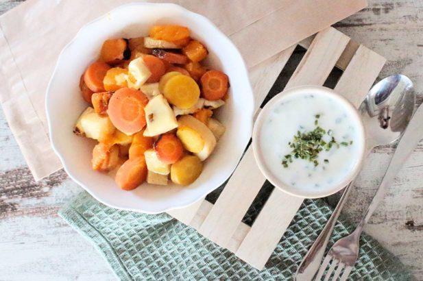 Gemüse aus dem Ofen ohne Zuckerzusatz, Ofengemüse ohne Zuckerzusatz, Wurzelgemüse mit Dip ohne Zucker, Wurzelgemüse aus dem Ofen mit Joghurt-Dip