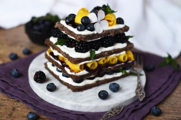 Mango-Beeren-Vollkornbrot, Vollkornbrot fruchtig belegt, Vollkornbrot-Turm mit Mango und Beeren, Vollkornbrot süß belegt, Mango-Beeren Frühstücksturm