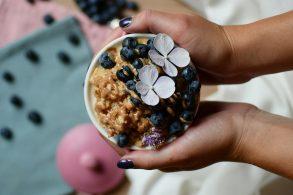 Protein Porridge in der Tasse, Protein Frühstück in der Tasse, Protein Auflauf in der Tasse, Flocken-Auflauf mit Birkenzucker